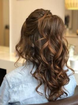 Braune Haare mit Locken